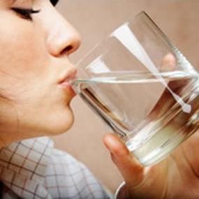 https://adasaja21.files.wordpress.com/2011/12/wanita-minum-air-putih-dalam.jpg?w=285